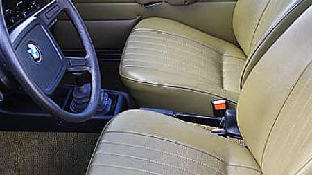 Interiøret i bilen er selvsagt akkurat like strøkent som karosseriet. Det er i typisk 70-talls, førerorientert stil - et felt BMW var en pionér på. Foto: Privat