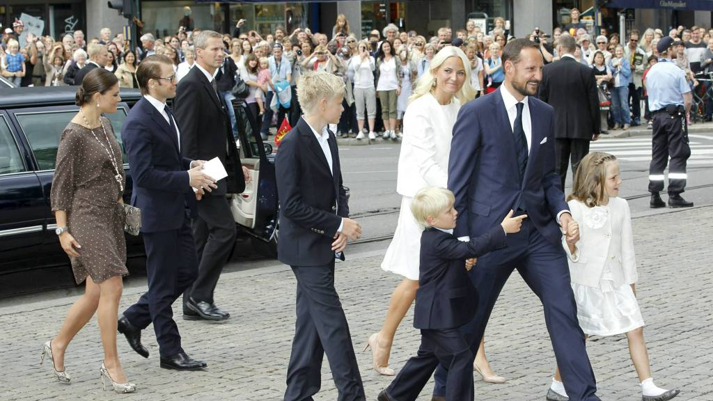 Kronprins Haakon og Kronprinsesse Mette Marit ankom Oslo Domkirke sammen med sine barn noen minutter før kl tre torsdag. (Foto: Kallestad, Gorm/Scanpix)