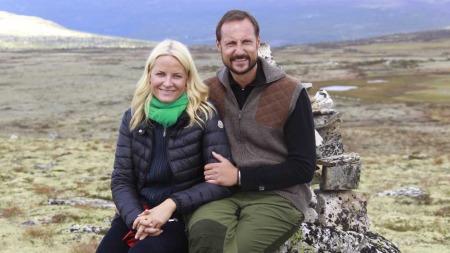 Kronprinsesse Mette-Marit og kronprins Haakon koser seg på fjelltoppen Pika tirsdag ettermiddag i Sollia i forbindelse med fylkesbesøket i Hedmark. (Foto: Lise Åserud)