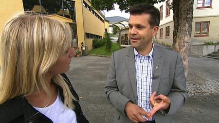Stranda-ordfører Frank Sve sammen med TV 2s reporter. (Foto: Ole Ebbesen, TV 2)