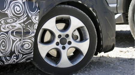 Scoopy-fotografene regner med at den tredørsversjonen som de klarte å fange på disse bildene er den kommende GTI-utgaven, som ser ut til å få både solide hjul og bremser. (Foto: Scoopy)