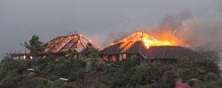 Villaen til Branson brant ned til grunnen i den kraftige vinden. (Foto: Reuters)