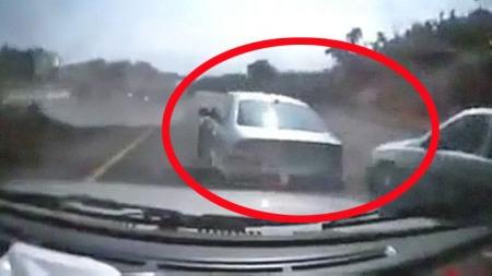 Her presser han seg mellom bilene og forbi. Og så smeller det! Bilde fra www.break.com.