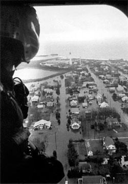 Cape May i New Jersey ligger under vann etter orkanen Gloria passerte i september 1985. (Foto: Wikimedia Commons)