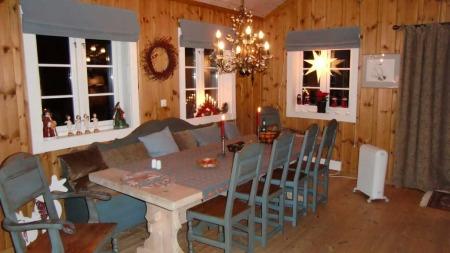 Trond Heiers hytte er pyntet til jul. Det er romslig rundt spisebordet i hytten i Numedal.  (Foto: Privat)
