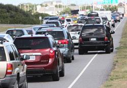 Innbyggerne i Kitty Hawk i Norh Carolina forlater byen torsdag.  (Foto: AP Photo/The Virginiann-Pilot, Steve Earley)