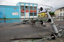 En kraftlinje ligger på bakken i Nassau på Bahamas etter at Irene passerte.  (Foto: AP Photo/Lynne Sladky)
