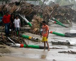 Stranden i Nagua nord på øyen Hispaniola er overstrødd med ødelagte palmer. (Foto: Afp)