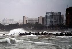 Stormfloen slår inn mot strendene i Santo Domingo.  (Foto: Afp)