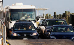 Innbyggerne på Ocracoke Island evakuerer, her kommer fergen til Hatteras på fastlandet. (Foto: AP Photo/Gerry Broome)
