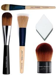 FOUNDATIONKOSTER: Foundationkoster brukes for å legge foundation,   og å jevne ut overganger. Du kan også bruke en svamp, eller fingrene   til å legge foundation. Fra toppen: Foundation Brush i taklon-nylon (kr   365, Jane Iredale), Foundation Brush (kr 149, The Body Shop), Blending   Brush i geitehår og taklon-nylon brukes for å blande pudder og kremprodukter   på huden (kr 319, Jane Iredale), Make-up Sponge (kr 40, The Body Shop),   Nature's Mineral Foundation Brush er perfekt for mineralfoundation   (kr 209, The Body Shop).