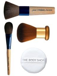 PUDDERKOSTER: Pudderkoster sørger for jevn og lett påføring   av pudder. Fra toppen: The Handi er laget av geitehår, og er perfekt   for pressede puddere (kr 430, Jane Iredale), Chisel Powder er laget av   geitehår og brukes til løse puddere (kr 298, Jane Iredale), Kabuki Brush   (kr 179, The Body Shop), Powder Puff (kr 45, The Body Shop).