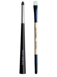EYELINERKOSTER: Eyelinerkoster gjør det enklere å legge en presis   eyelinerstrek. Fra venstre: Line Softener kan brukes til å påføre eyeliner,   og til å softe ut både eyeliner og øyenskygge (kr 69, The Body Shop),   Eye Liner/Brow er laget i taklon-nylon, og brukes for å påføre eyeliner.   Bruk svampen for å jevne ut (kr 125, Jane Iredale).