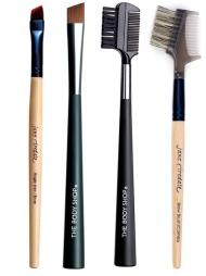 ØYENBRYNSKOSTER: Øyenbrynskoster er ideelle for å temme uregjerlige   øyenbryn. Fra venstre: Angle Liner/Brow fra Jane Iredale ( kr 125), Slanted   Brush fra The Body Shop er skråskjært, og er perfekt for å fylle inn   farge i øyenbrynet (kr 89), Brow & Lash Comb brukes for å gre   øyenbrynene i fasong (kr 79, The Body Shop), Eye Brush Comb er laget   i villsvinhår, og er perfekt for å børste, gre eller separere både vipper   og øyenbryn (kr 88, Jane Iredale).