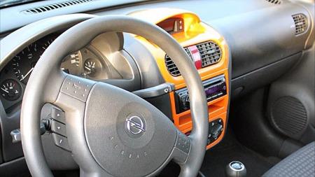 Interiøret i de små Opelene er ikke de mest påkostede. Fabian har lakkert midtkonsollen for å få et avbrekk fra all den monotone billig-plasten. Foto: Privat