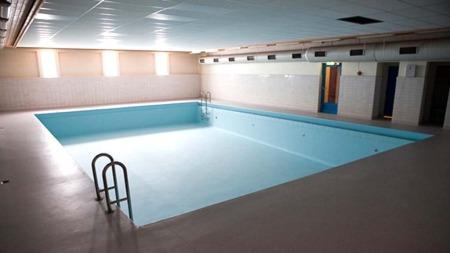 TOMT: ¿ Å holde i et basseng i orden det er dyrt. Så det blir   ikke fylt opp her før til nyttår, sier fungerende rektor Torstein Hoel   til TV 2 Nyhetene. (Foto: Steinar Figved)