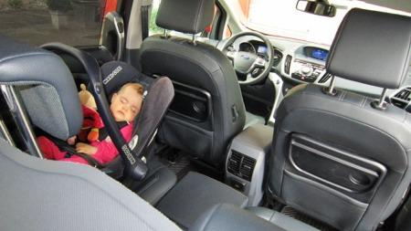 Søvndyssende interiør? Neida, Ford har satset på ganske sprekt og ungdommelig interiørdesign. Klappbod på forseteryggene hører med i denne bilklassen.