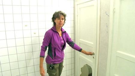 JENTEDO: ¿ Her er altså jentetoalettet til ungdomsskolen. Et   do uten dør. Og her er det fritt innsyn, og toalettet er uten dosete.   Det er klart at for en elev å sitte på utstilling det holder ikke. Så   derfor holder de seg hele dagen, de går ikke på do, forteller Solveig   Svardal. (Foto: TV 2)