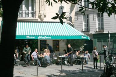 LUNSJ: Rett bak Place des Vosges, midt i bydelen Marais, ligger Chez Janou, en erkefransk restaurant med like fransk meny, kelnere, duker og musikk. Et must for deg som gjør alt for å få den franske atmosfæren under huden.