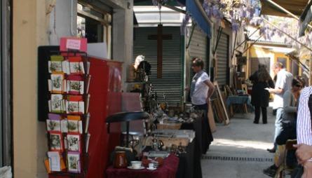 VERDENS STØRSTE: Loppemarkedet ved Porte de Clignancourt er et av verdens største. Et nettverk av gater med småbutikker og boder inviterer deg inn i en verden av sølv, fajance, malerier, møbler, postkort, klær og kuriosa.