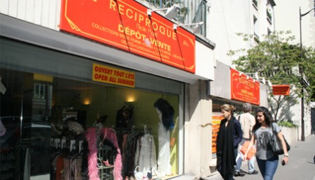 VINTAGEGATE: Reciproque er egentlig ikke én butikk, men en hel gate med vintage heaven. Her får du alt fra pent brukte herre- og dameklær til designersko, vesker og antikviteter.