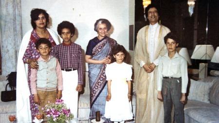 Her poserer Muammar Gaddafi, hans kone Safiya, sønnene Hannibal, Saif Al Islam, Muatasim og datteren Aisha sammen med Indias statsminister Indira Gandhi. (Foto: Privat/Stella Pictures)
