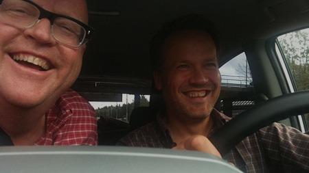 To blide karer på tur. Og her får vi beviset: Det er faktisk mulig å ta bilde av både sjåfør og passasjer med iPhone - bare man har lange nok armer!
