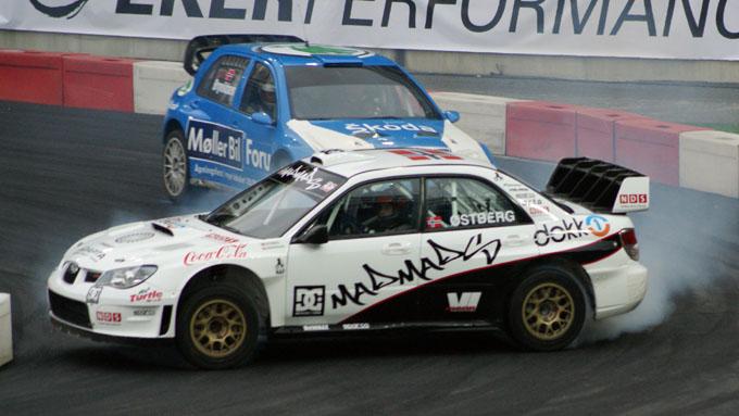 Rallykometen Mats Østberg er også med å skape underholdning i showet til brødrene Solberg.