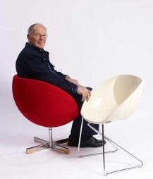 Den halvkuleformede stolen «Planet», som Dysthe formgav i 1965, regnes som et annet av hans hovedverk. Han vant Publikumsprisen for stolen i Bo Bedre Designpris 2011.  (Foto: Dysthe Design)