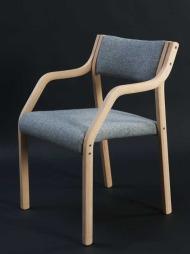 Du har helt sikkert sittet i en stol fra den norske designeren en eller annen gang.I 1963 tegnet han stolen «Laminette» som går igjen i forsamlingssaler, møterom, kontorer og kirker i hele Norge.  (Foto: Dysthe Design)