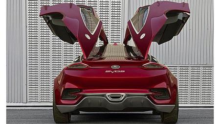 Firedørsbilen Evos Concept får noen av de største bildørene vi noen gang har sett. Akkurat den detaljen kommer nok ikke på den nye standard-Focusen du har tenkt å kjøpe neste år, men bilens generelle design røper hvor Ford er på vei i årene som kommer. Foto: Ford