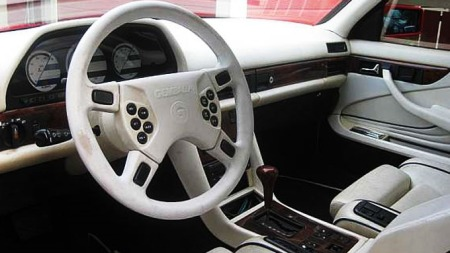 Interiøret er også helt unik. Legg merke til alle knappene på rattet, som ikke akkurat var standard på biler på starten av 80-tallet. Også instrumentene er helt unike.