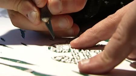 Arbeidet med å lage sjablongar er tidkrevande. (Foto: Jan Eivind Bertelsen, TV 2)