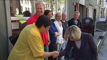 HILSTE PÅ ORDFØREREN: Helseminister Anne-Grete Strøm-Erichsen   møtte ordfører Anne Kathrine Slungård og Helse- og overdoseteamet i Trondheim.   (Foto: TV 2)