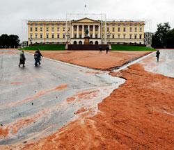 Voldsomt regn i Oslo 29. august spylte grusen fra Slottsplassen nedover Karl Johansgate. (Foto: Erlend Aas / Scanpix)