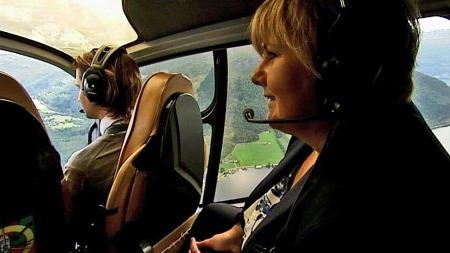 Høyre-leder Erna Solberg har blant annet vært på helikopterturné på Nordvestlandet. (Foto: TV 2)