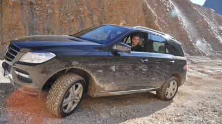 Mercedes ML er blitt en bil som slett ikke trenger å kjøres forsiktig med. I teorien kan du faktisk komme deg fram i ordentlig ulendt terreng. Her er Broom på offroad-løypa vi fikk prøve, for å vise hva bilen duger til.