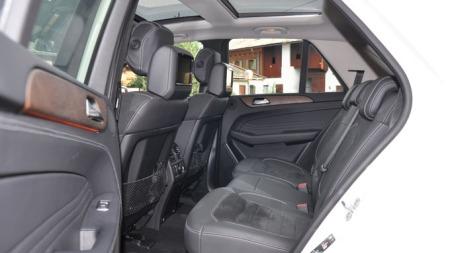 Et innbydende interiør - der også baksete-passasjerene er tilgodesett med en god porsjon luksus. Merk komfortbelysningen under lista i døra.