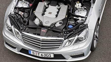 De er muligens gode i fotball, men å få et levelig nivå på bilavgiftene har ikke danskene klart. Takket være åtteren under panseret koster denne Mercedes E 63 T AMG over 10 prosent mer i Danmark enn i Norge.