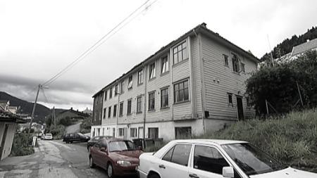 OVERDOSE: I dette huset i Nordre Skogvei i Bergen døde Ragnhild av overdose.  (Foto: TV 2)