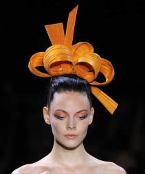 Denne høsten kan du leke deg med sotete øyne i forskjellige farger. Prøv gjerne en orange nyanse som her fra Armanis visning av høstkolleksjonen 2011-2012 (Foto: Jacques Brinon)