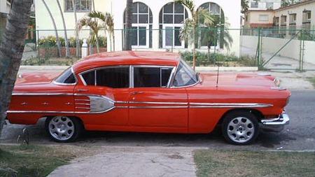 Det er godt mulig Google Translate lurer oss litt, men tanken på at denne 1958 Pontiacen ikke bare har fått motor og gear, men også firehjulstrekk fra en Ssangyong Musso, er besnærende. Faksimile: Revolico.com
