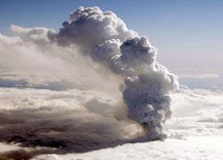 14. april 2010 sto askeskyen til himmels fra vulkanen under Eyjafjallajökul. (Foto: AFP PHOTO/MORGUNBLADID/ARNI SAEBERG)