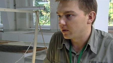 Mariusz Lech reptilpassar i dyreparken i Warszawa har fått eit mellombels ansvar for krokodillen Gustav.  (Foto: PL TVN)