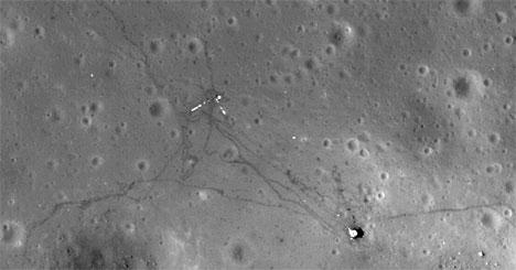 Astronautene dro langt avgårde med bilen. Det går stier mellom   landingsmodulen og stedet der astronautene satte opp det vitenskapelige   utstyret. Den blanke L-en er instumentkabler som skinner i solen. (Foto:   NASA)