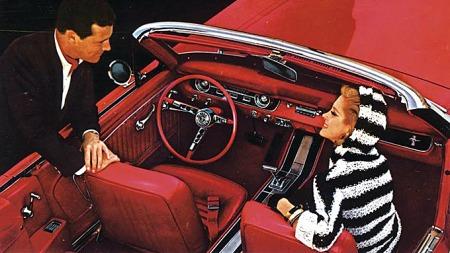Du trenger ingen spesielt rå eller sjelden Mustang for å få en trivelig hobbybil. Er du mer nøye på tilstand enn på hva slags utstyr bilen må ha kan du få mange fine turer med en bil som mange smiler og snur seg etter. Foto fra 1964-brosjyren.