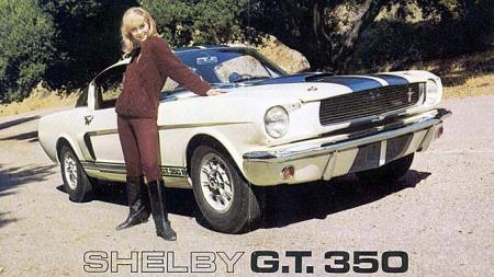 Noe helt annet: Carroll Shelbys magiske hender omskapte Mustangen til en vel avstemt sportsbil. Vi går ikke i dybden på Shelby-eventyret i denne artikkelen, men konstaterer at også den vanlige Mustangen fikk PR-hjelp av dette prosjektet. Foto fra 1966 Shelby-brosjyren.