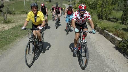 PÅ SYKKELTUR: Ukens utfordring denne gangen, er å sykle to mil. Her er programleder Dag Otto på tur. (Foto: Privat/)