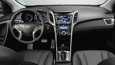 Også på innsiden løftes designet noen hakk, og familielikheten med eksempelvis nye i40 går igjen også her. Hyundai er i ferd med å få en klar identitet - så blir det spennende å se om ergonomien følger opp.