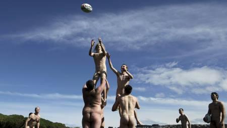 OPPVARMING: Nakenspelarane på Nude Blacks varmar opp før kampen mot Las Conquistadora. (Foto: STEFAN WERMUTH/Reuters)
